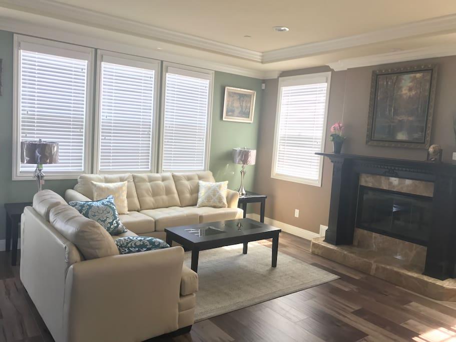Main Living Room w/fireplace