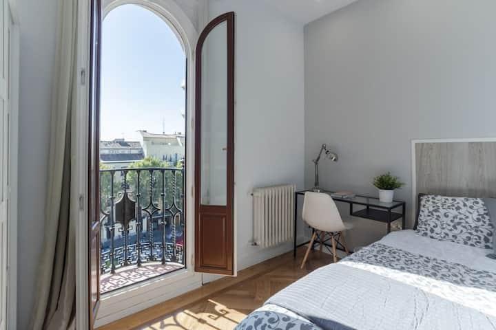 Habitación privada con balcón en Plaza Santa Ana