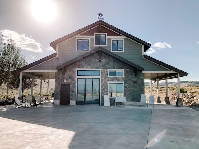Brand New- 2 Pools, Hot Tub, Gym Bear Lake Retreat