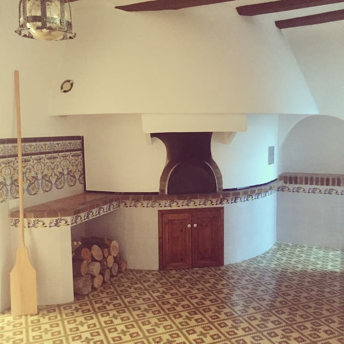 Original Clay Oven: Ideal for bread making, pizzas and roasting meat dishes.