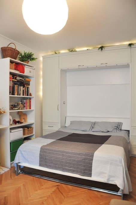"""Очень удобная двуспальная кровать с ортопедическим матрасом. Ваша спина скажет вам """"спасибо""""! Bedroom with a big double bed (hard mattress, you will always have the comfortable sleep)"""