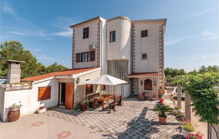 Holiday apartment with 2 bedrooms on 54m² in Brodarica