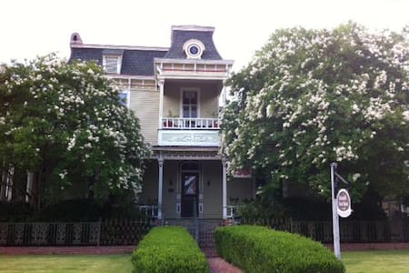 1870s' Victorian Bed and Breakfast - Columbus