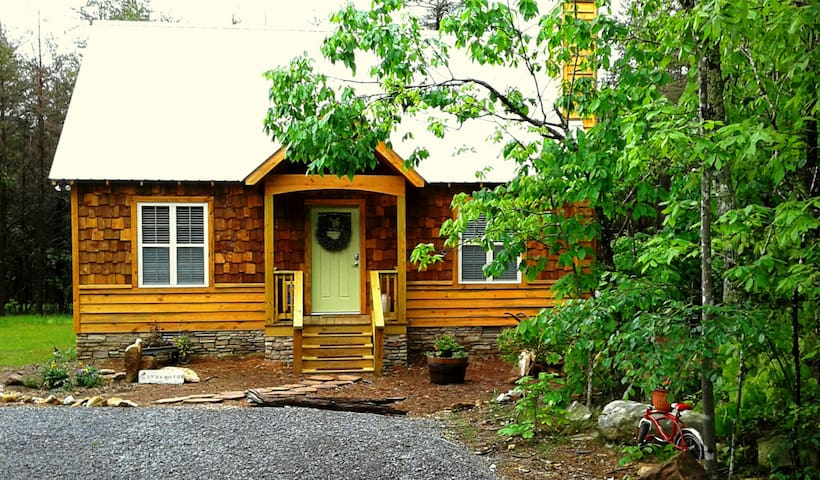 Newer Cottage in the Woods W/hot tub, 1 mi to town