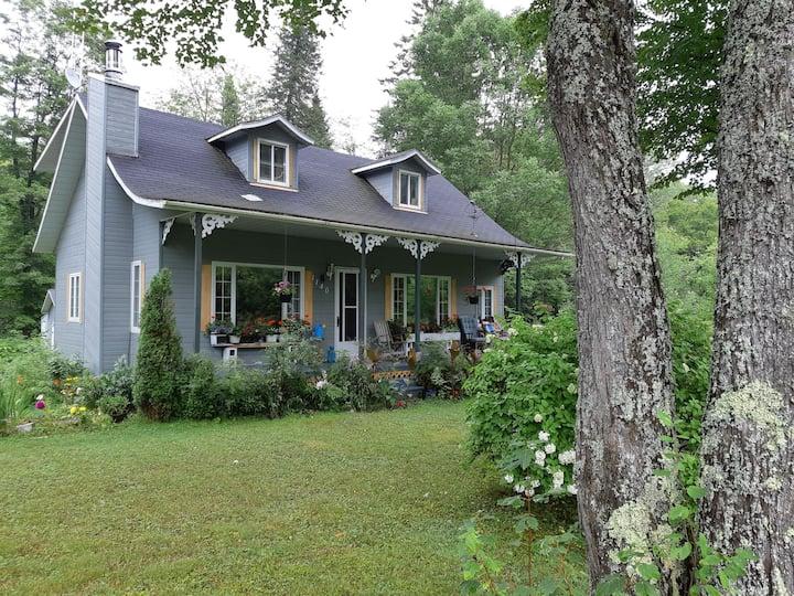 Grande maison au bord de la riviere blanche, 5 ch.