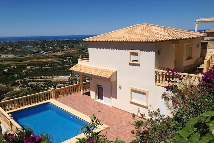 Luxurious villa with a beautiful view over the Mediterranean Sea
