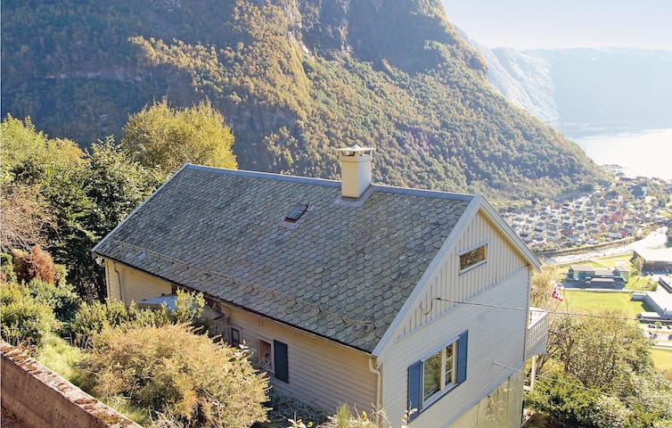 Holiday cottage with 3 bedrooms on 130m² in Høyanger