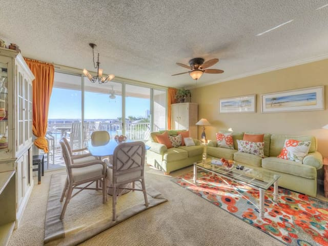 Open, airy condo, 2 beach chairs and bicycles included, Close to dining