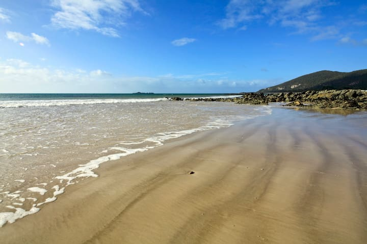 BluSeas Luxury Beach House - Sisters Beach - Tatil evi