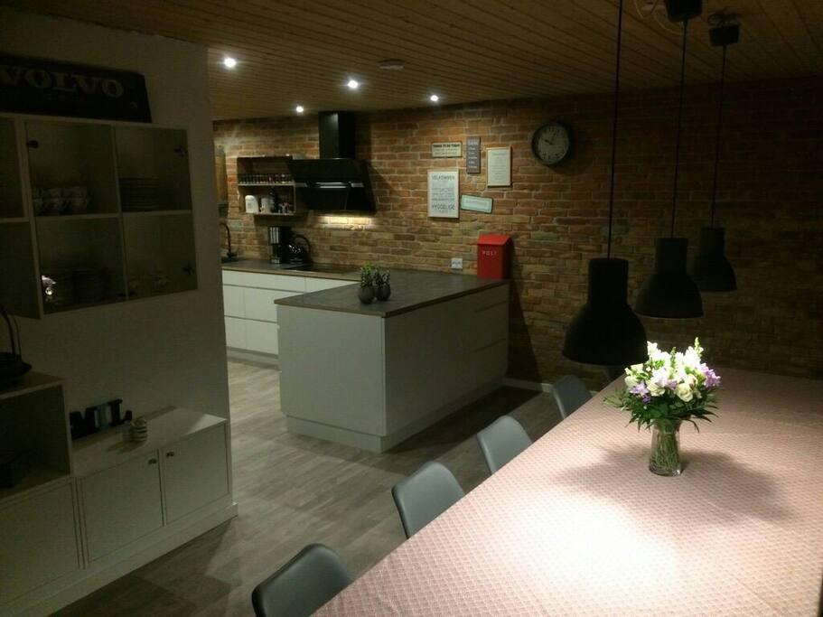 Et åbent køkken hvor det er nemt at servere mad og med spisebord plads til 10 + højstole.