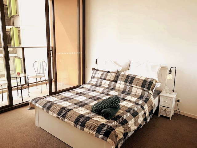 Spacious 1 bedroom with private bath, Redfern ,CBD