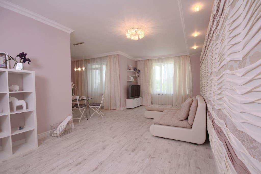 Уникальное оформление гостиной создаёт прекрасную атмосферу