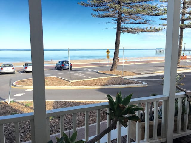 Stylish Esplanade Beach House - Henley Beach - Apartemen