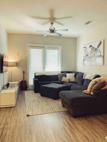 COMFY, COZY *inner city* apartment! Good vibes!