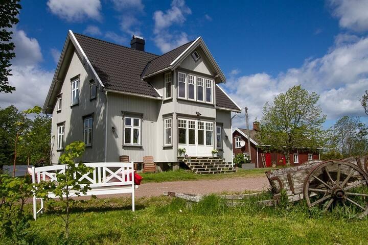 Flott gammelt gårdshus i landlige omgivelser