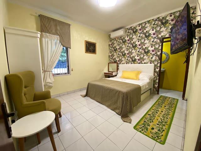 Double Room ( kamar tidur queen bed dengan warna kuning yang cerah)