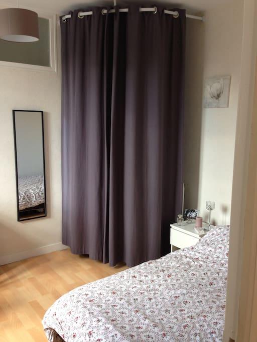La chambre: 1 lit double, 1 bureau + chaise, un miroir, une armoire