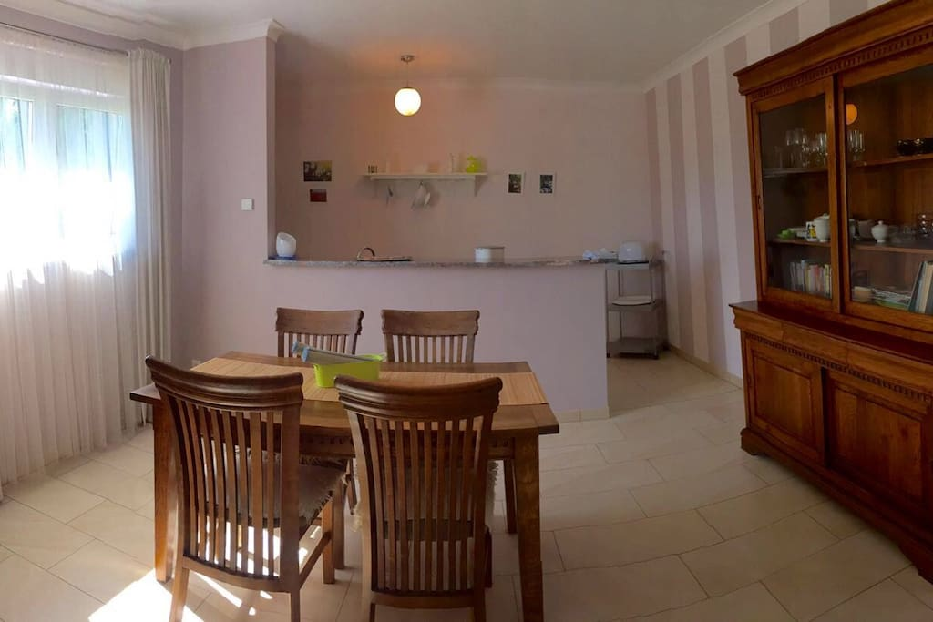 Essbereich mit integrierter Küche / dining area with open kitchen