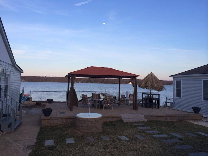 Waterfront home on Gardner Lake - Close to Mohegan