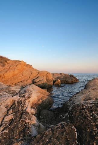 Rocas y mar al lado de casa