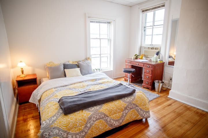 Your Own Sunny & Cozy Getaway Home Near Campus - Urbana - Apartamento