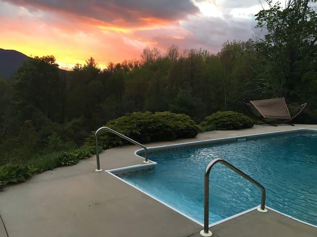 Mountain Views Bright Solar Suite Private Retreat