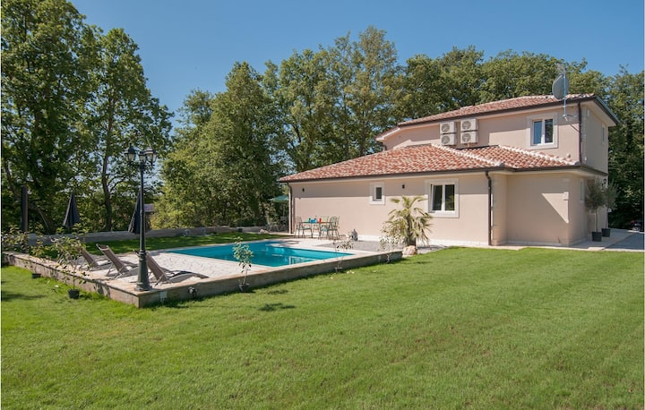 Stunning home in Tinjan with Outdoor swimming pool and 4 Bedrooms