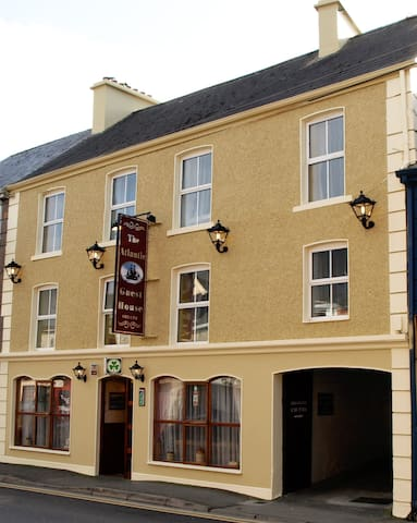 Atlantic Guest house, Main St ,  Donegal Town - County Donegal - Aamiaismajoitus