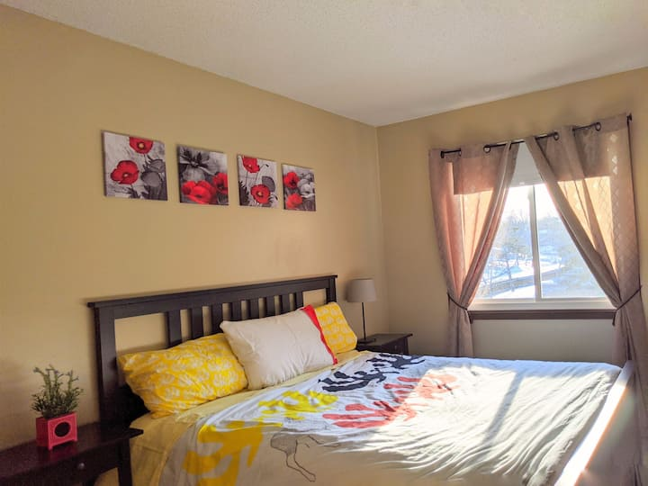 1 private bedroom w/Queen bed in Townhouse