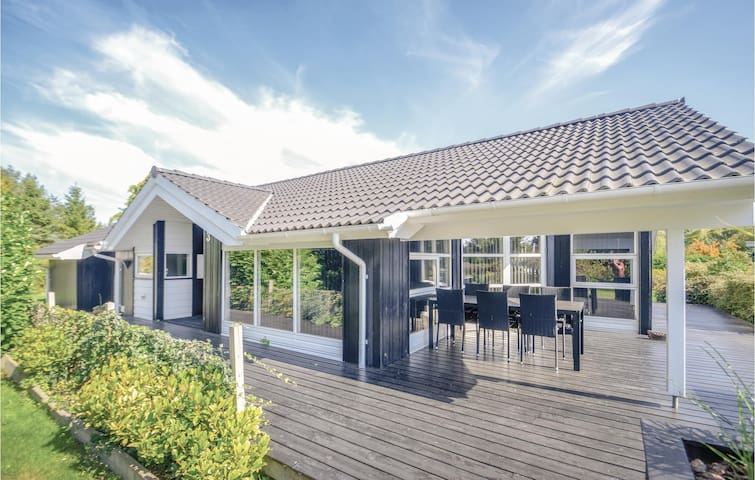 Holiday cottage with 3 bedrooms on 110m² in Væggerløse
