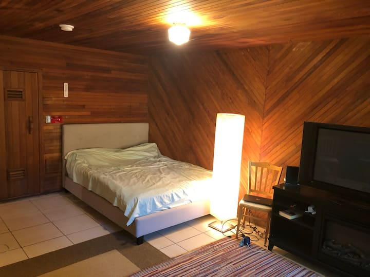 Bachelor suite for rent- NORTH VANCOUVER)