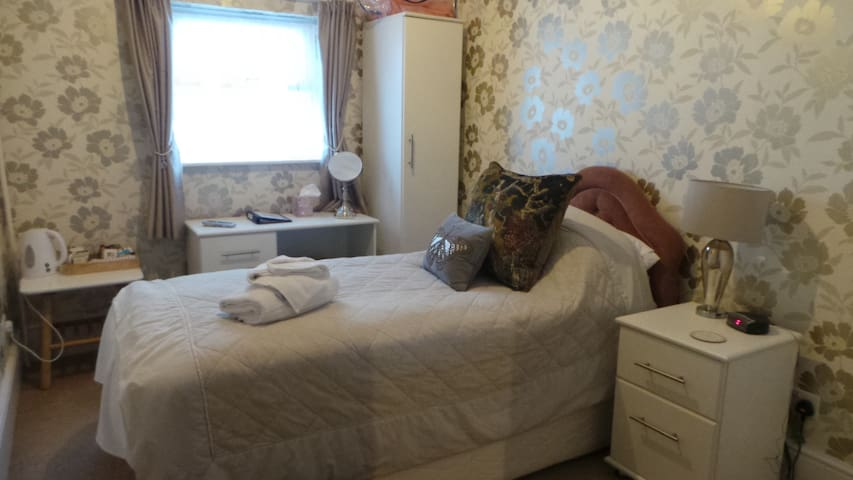 Single en-suite room(excl breakfast)at Cherry Tree