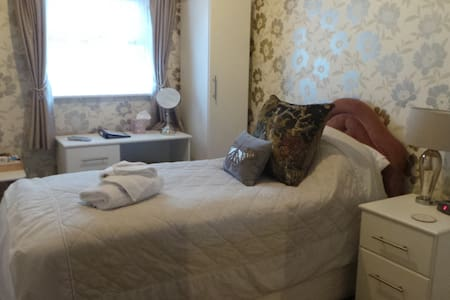 Single en-suite room(excl breakfast)at Cherry Tree