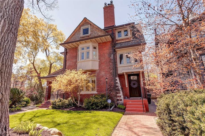 Beautiful 4 Bedroom with 6 Beds Next to High Park