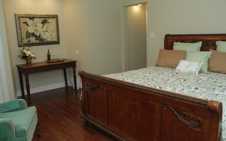 The Magnolia Room - The Oaks Bed & Breakfast