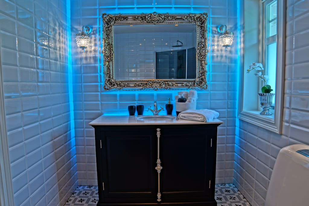 The bathroom has dimable lightning and RGB lights behind the mirror to set you in the Northern Light mood