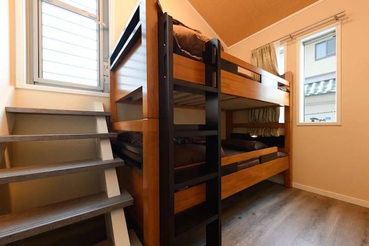 3rd sleeping room ③ one bunk bed and one Futon