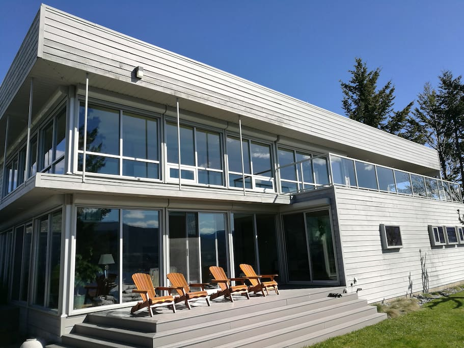 Lakeside Villa Orion: floor to ceiling glass is providing dramatic views provoking spectacular fascination.
