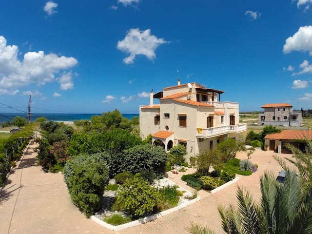 A Beautiful Villa Apartment - 50m from the beach! - Chania - Gästhus