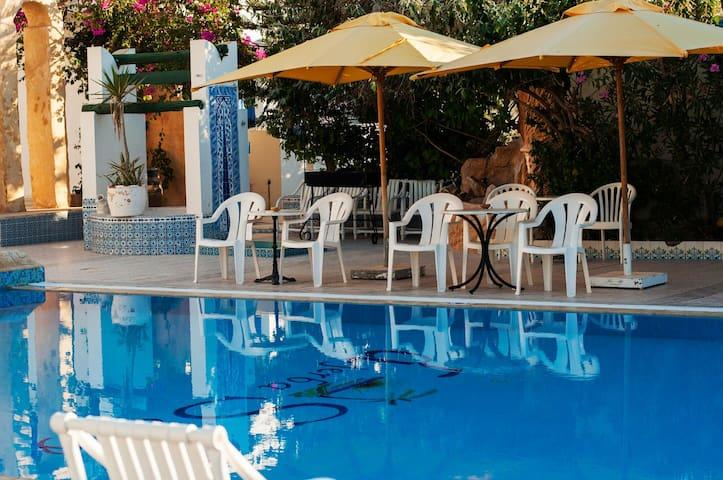 Tres belle chambre accès piscine