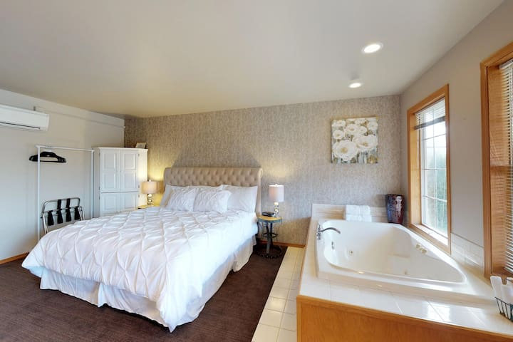 Romantic getaway w/ private furnished balcony, shared pool, and breakfast too!