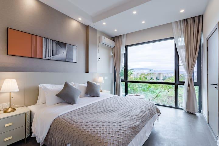 三楼卧室1.8米大床超级雨林风景,远处可看告庄