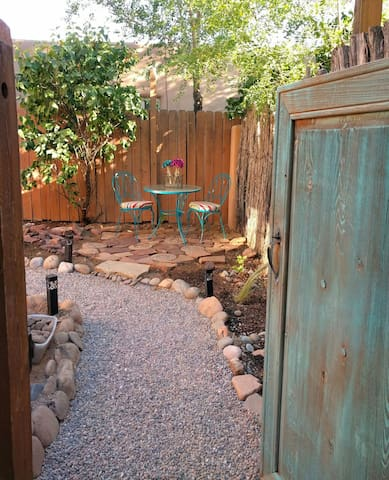Sunny Adobe Studio Private Courtyard 1.2mi/Plaza - Santa Fe - Apartment