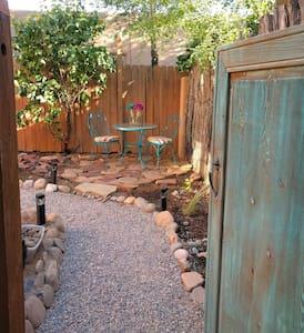 Sunny Adobe Studio Private Courtyard 1.2mi/Plaza - Santa Fe - Apartmen