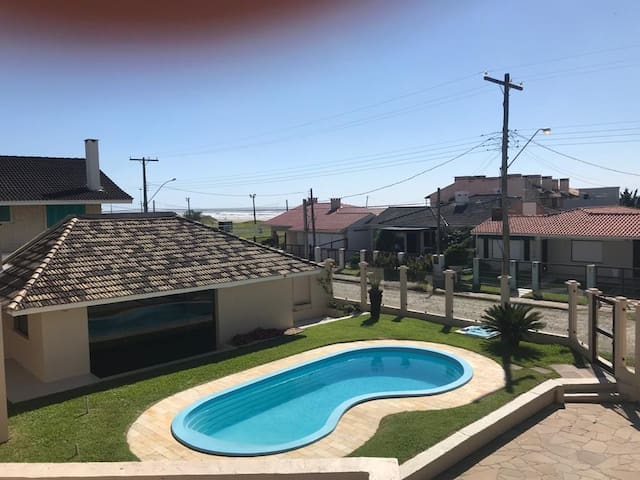 Casa em condomínio a 300 m do mar.