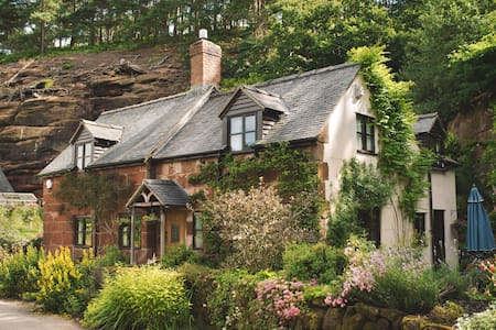 Underhill Cottage - Sleeps 7 - Myddle
