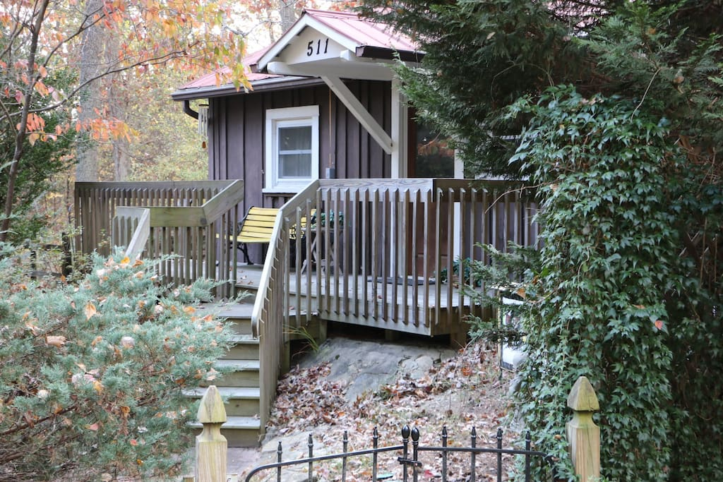 Cozy cabin at white squirrel cabins pet friendly for Cabins near hendersonville nc