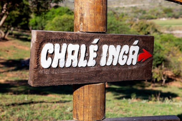 A placa entalhada indicando o nome do chalé já retrata a atenção aos detalhes!