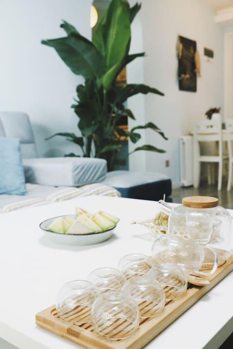 客厅—地中海式设计风格,宛如沉静在一片大海,可享片刻宁静。