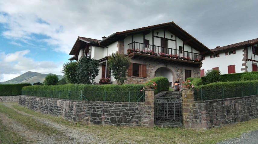 Casa-villa con terreno en Baztan. 17 plazas. - Arizcun - Casa